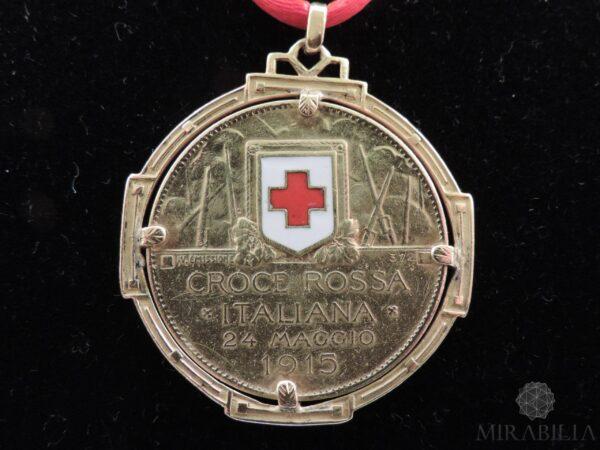 Rara medaglia, in oro giallo 22 carati (900) e smalti, coniata su iniziativa del Comitato di Propaganda della Croce Rossa di Milano