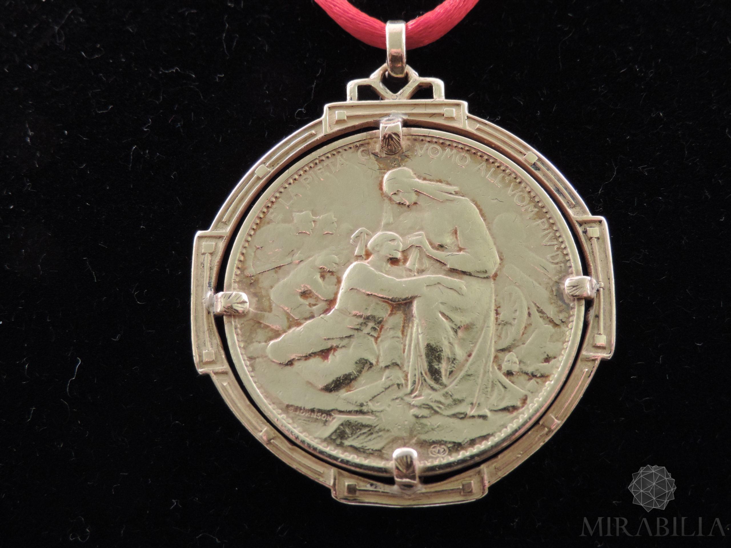 Rara medaglia, in oro giallo 22 carati (900) e smalti, coniata su iniziativa del Comitato di Propaganda della Croce Rossa di Milano (Retro)
