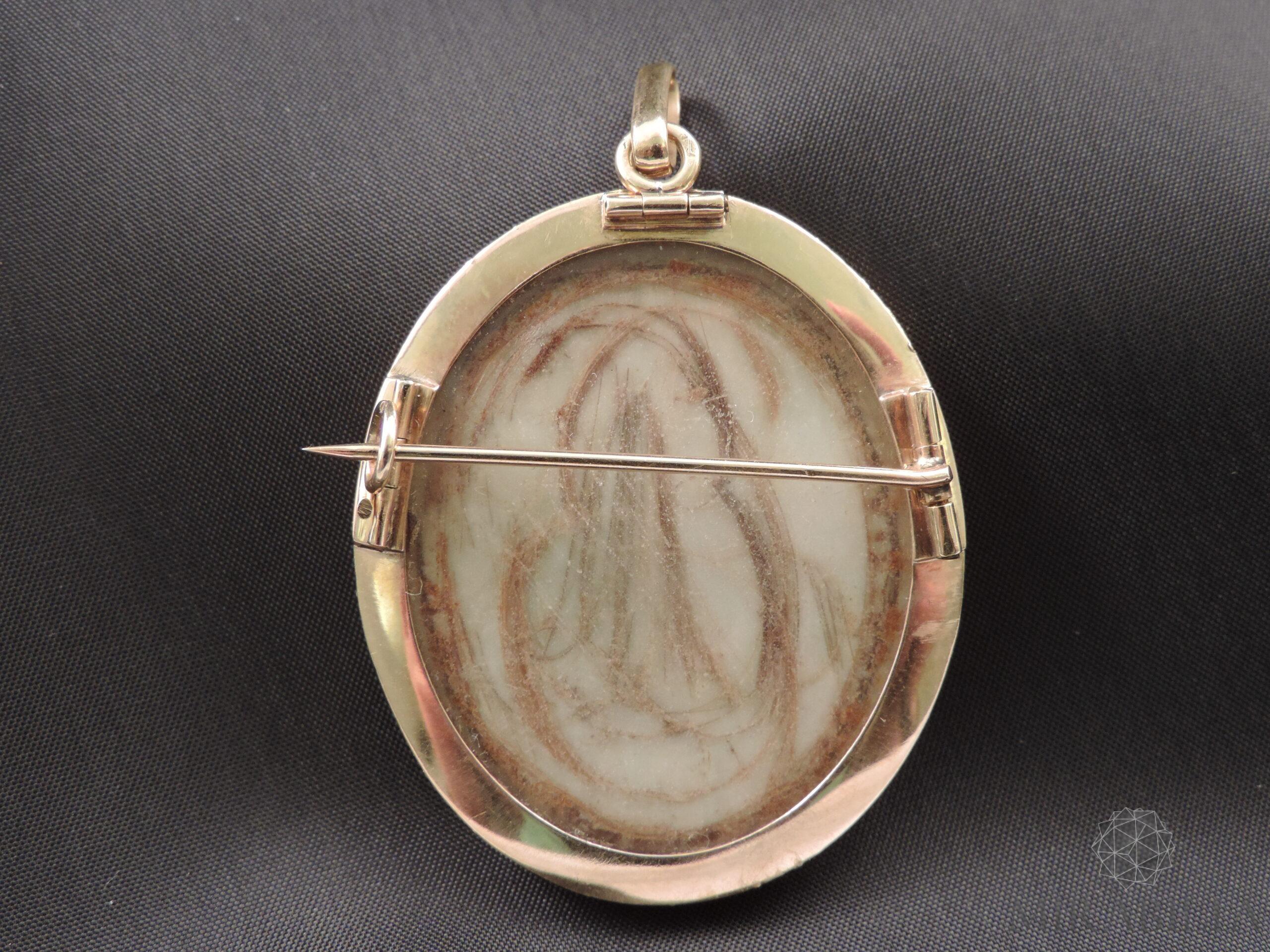 Ritratto-miniatura di un giovane, realizzato su lastra di avorio e montato su un medaglione in oro giallo 18 ct ( dettaglio retro)