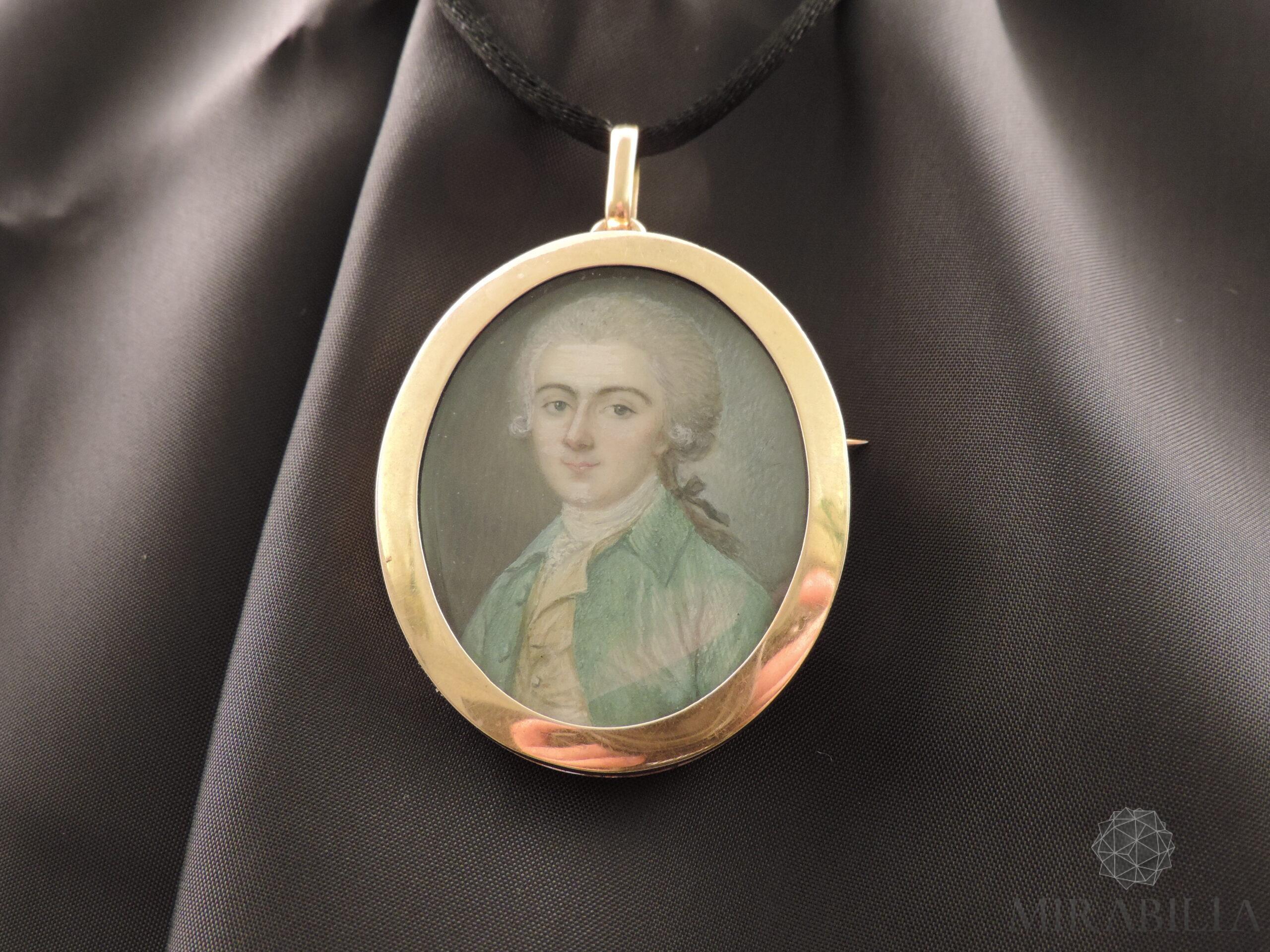 Ritratto-miniatura di un giovane, realizzato su lastra di avorio e montato su un medaglione in oro giallo 18 ct
