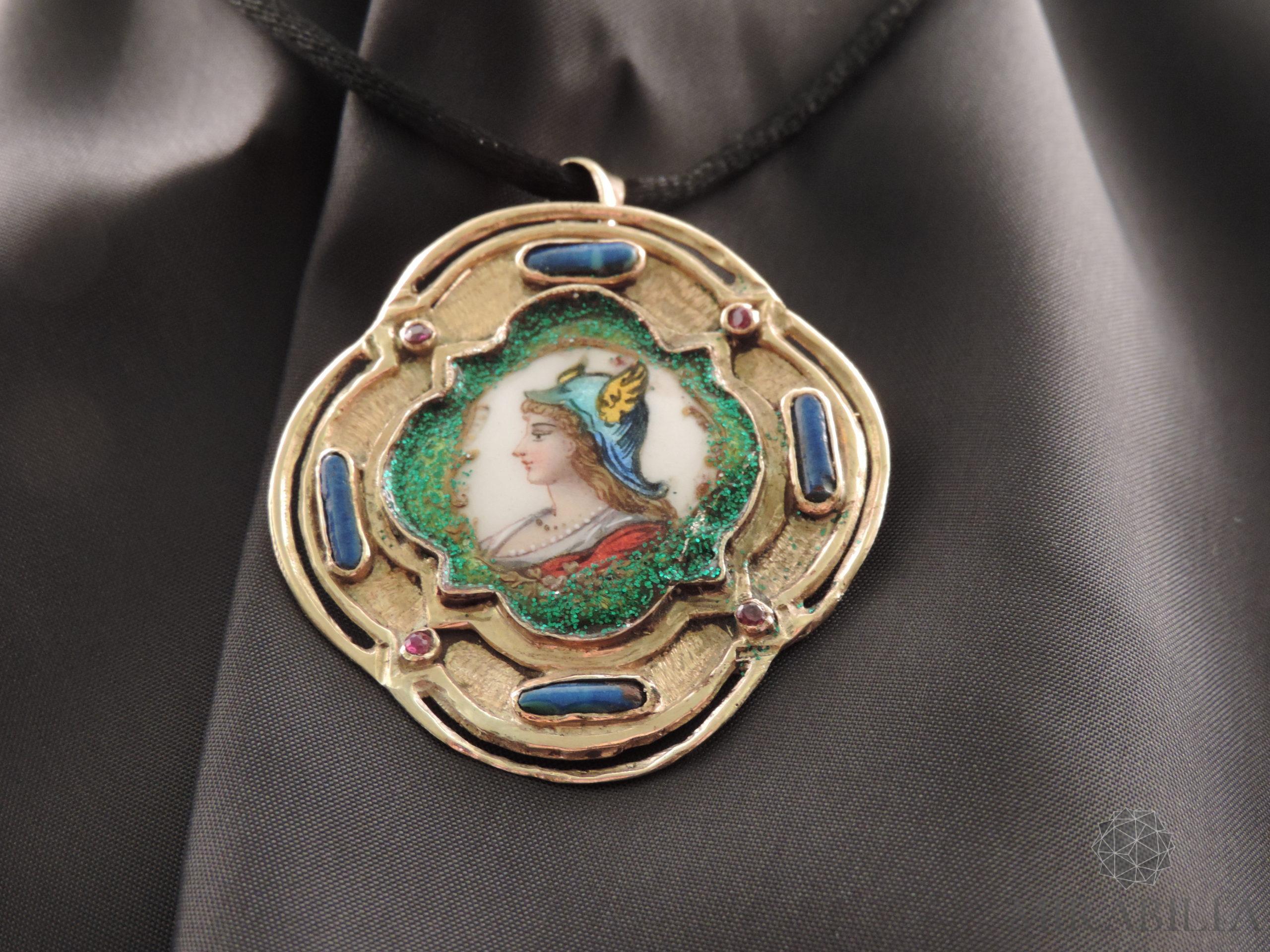 """Ciondolo-spilla """"Marianna di Francia"""" in oro, pietre preziose e smalti"""