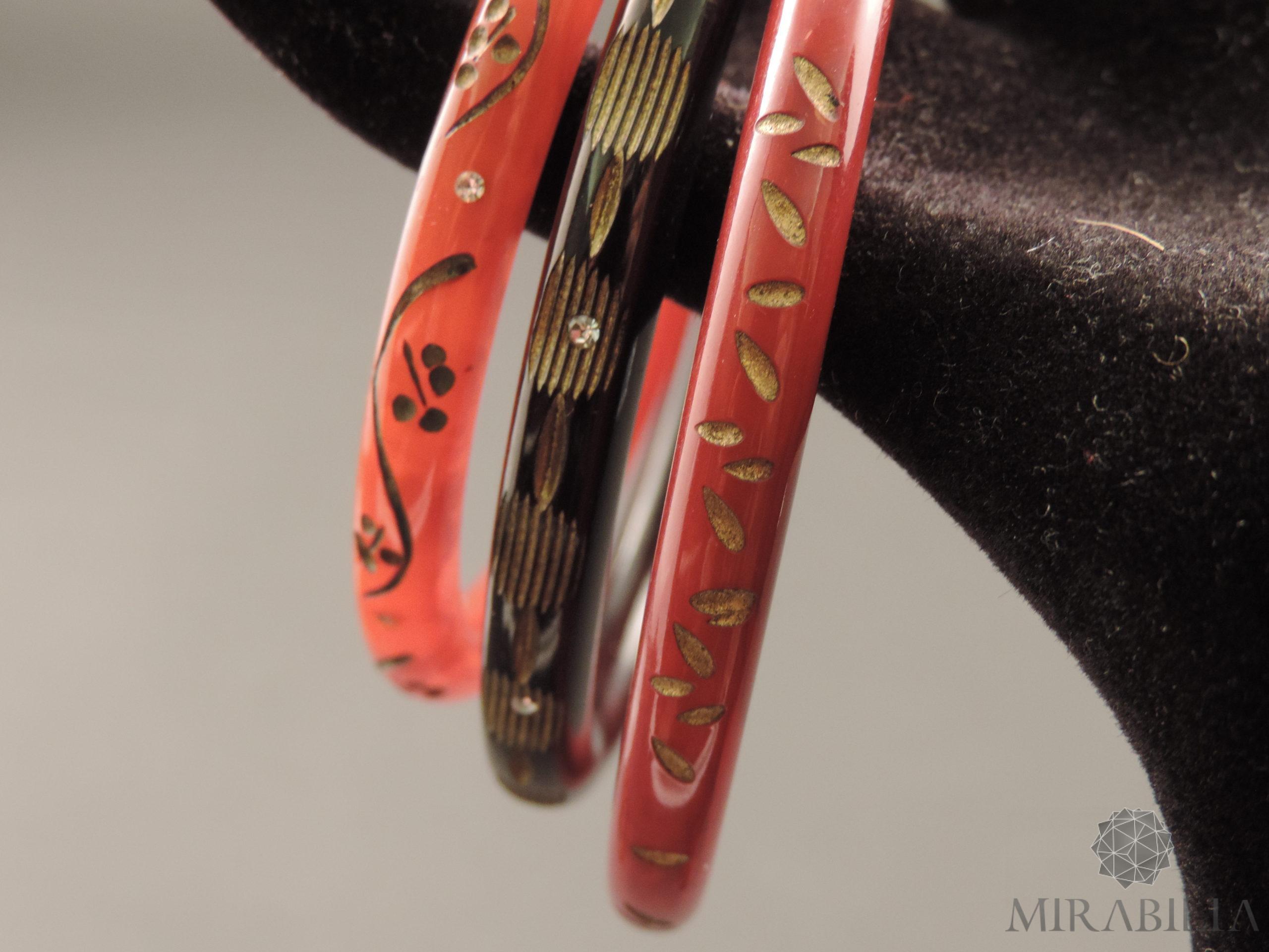 Braccialetti Art Déco in bachelite intagliata, con zirconi e dorature (dettaglio colore nero, marrone e tartaruga)
