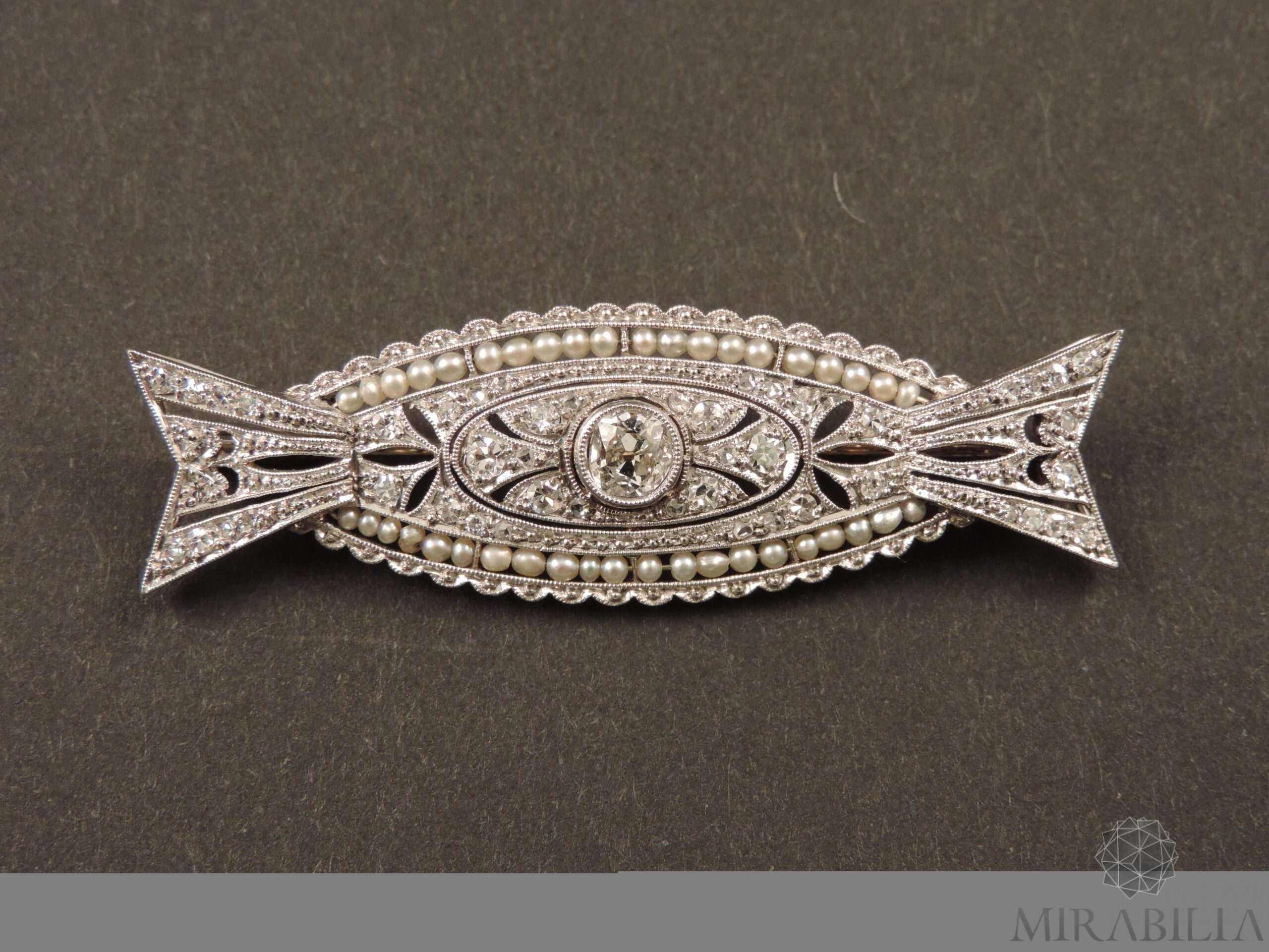 Spilla Art Déco in platino, diamanti e perle naturali (fronte)