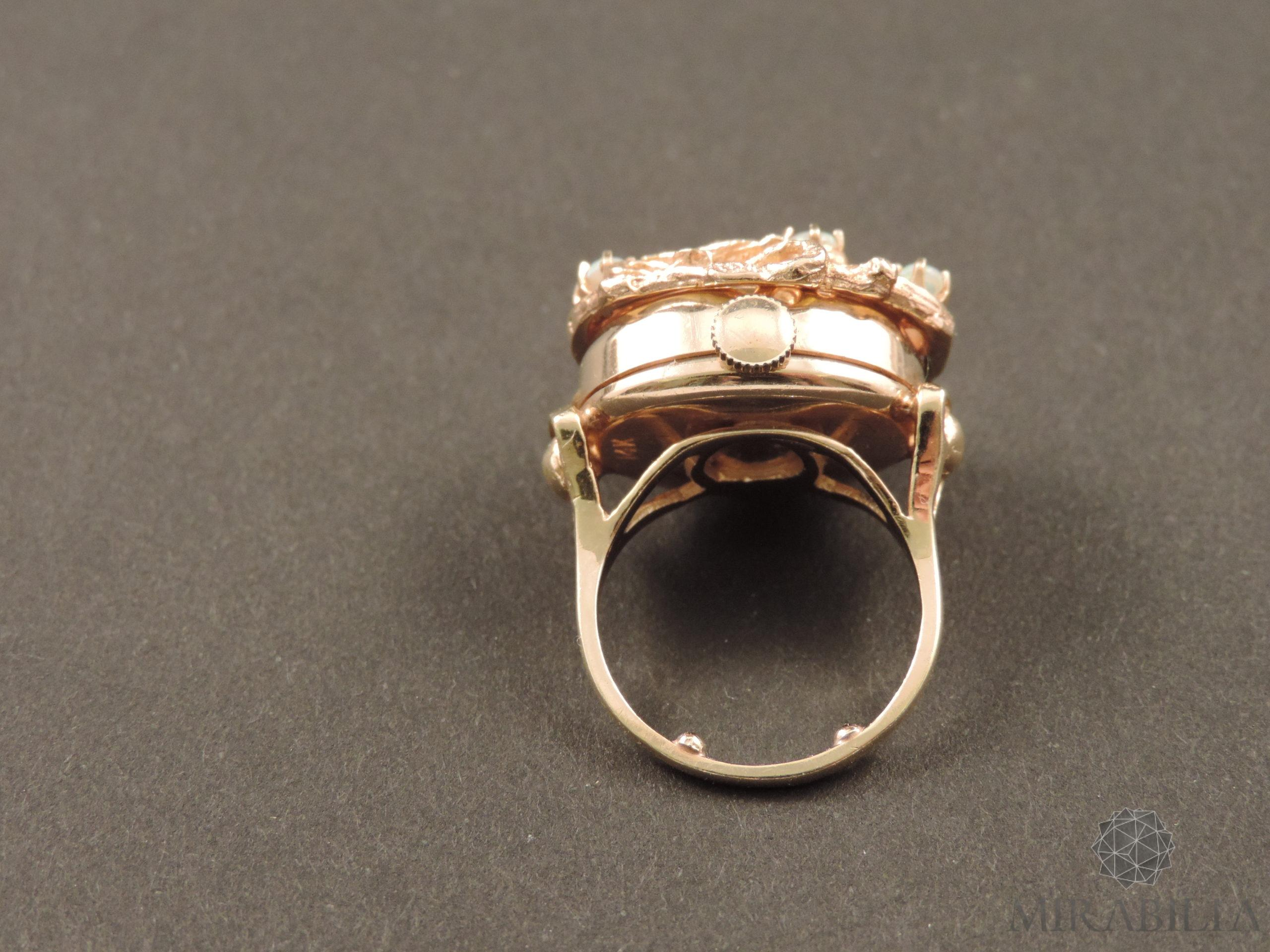 Anello con orologio Benat a scomparsa, in oro e opali, anni '50 (lato meccanismo carica)