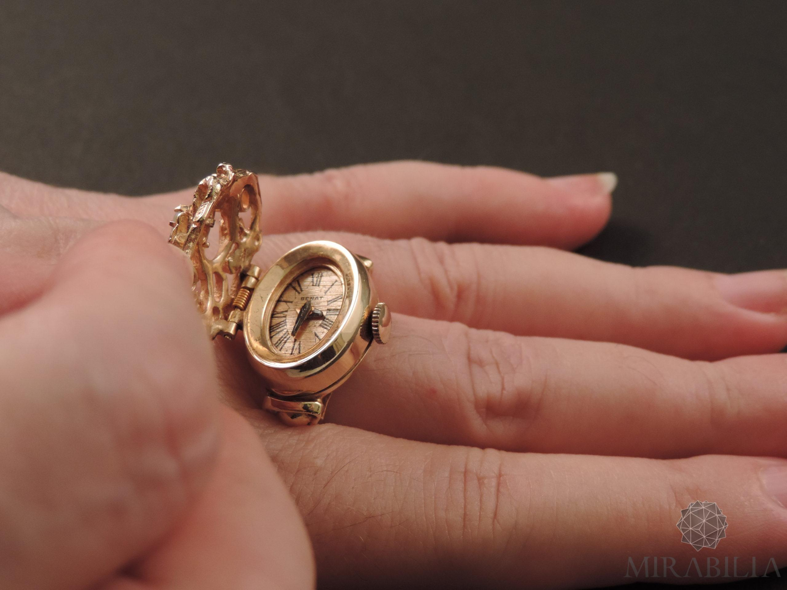 Anello con orologio Benat a scomparsa, in oro e opali, anni '50 (dettaglio piccolo orologio a carica manuale)