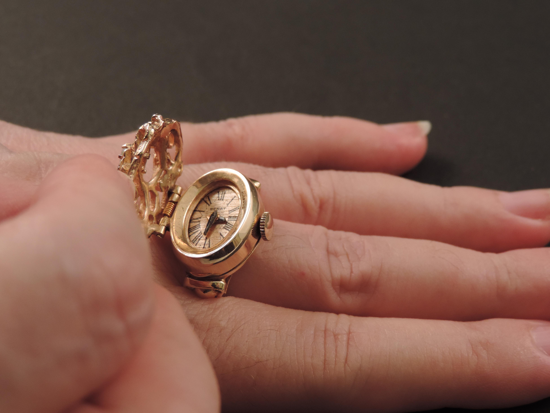 più recente dda6a 38f96 Anello-orologio Benat in oro e opali anni '50