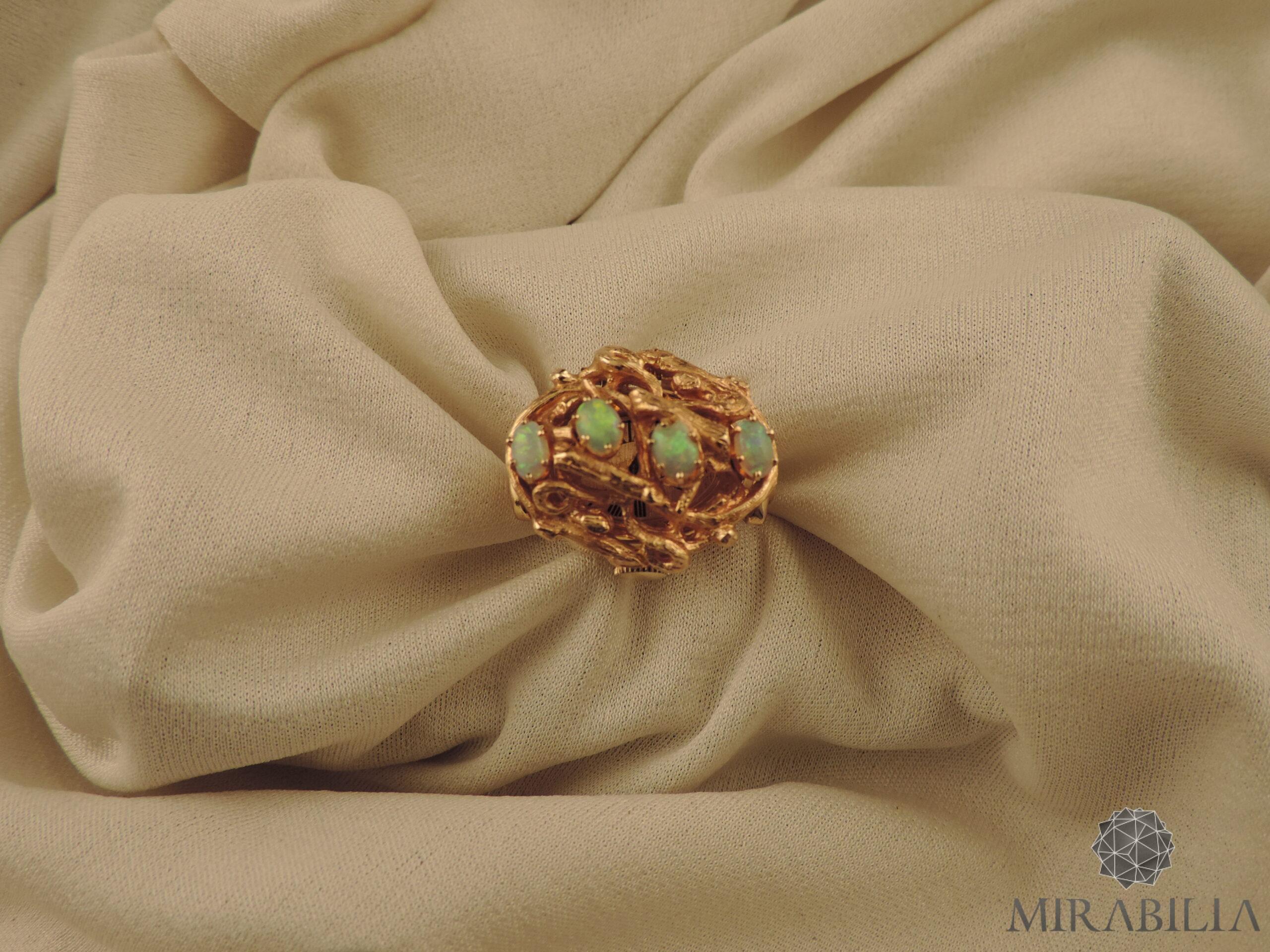 Anello con orologio Benat a scomparsa, in oro e opali, anni '50 (dettaglio frontale)