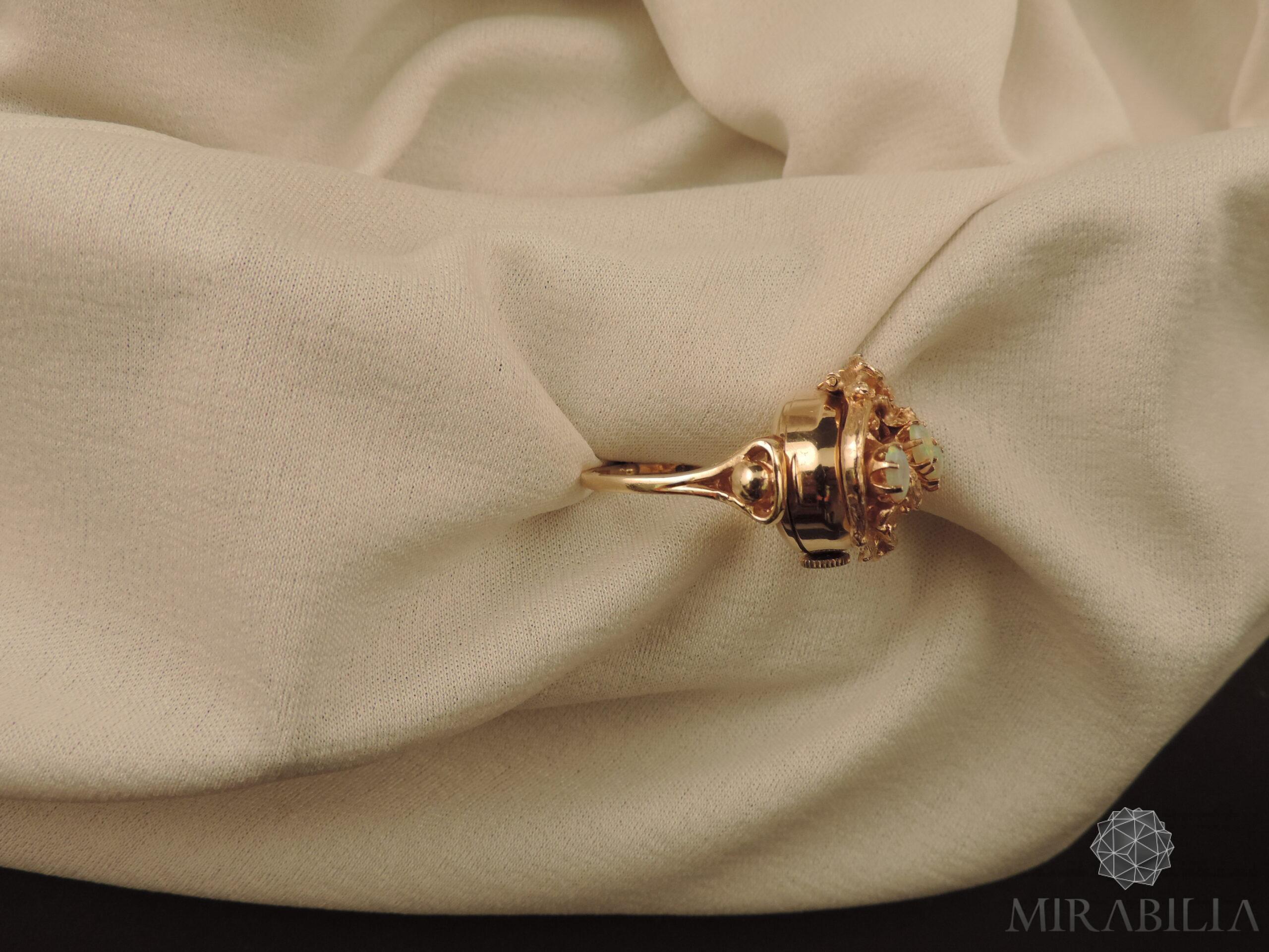 Anello con orologio Benat a scomparsa, in oro e opali, anni '50 (dettaglio lato)