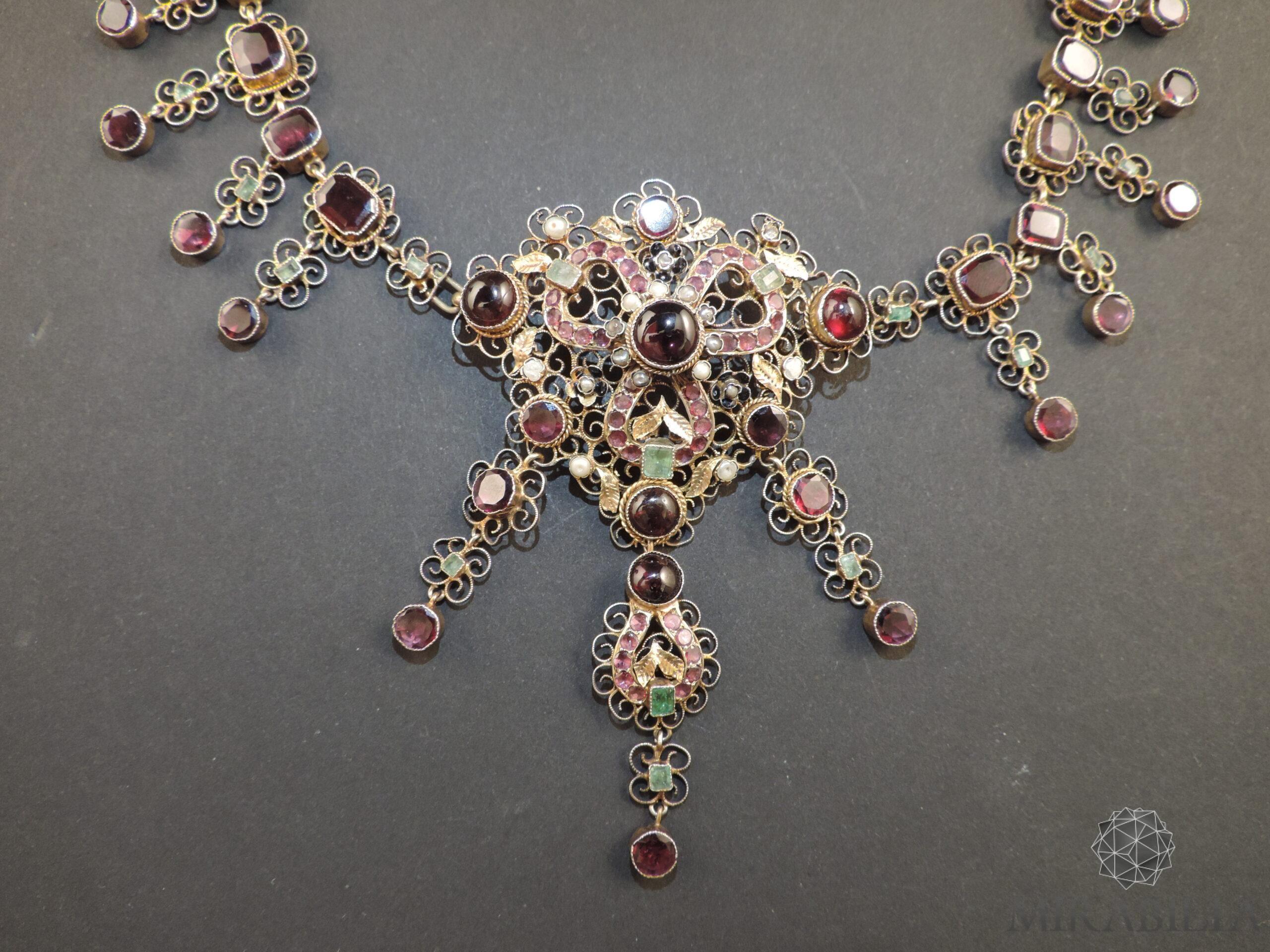 """Collier """"Trasformabile"""" in vermeil e pietre preziose, dettaglio decorazione a trifoglio"""