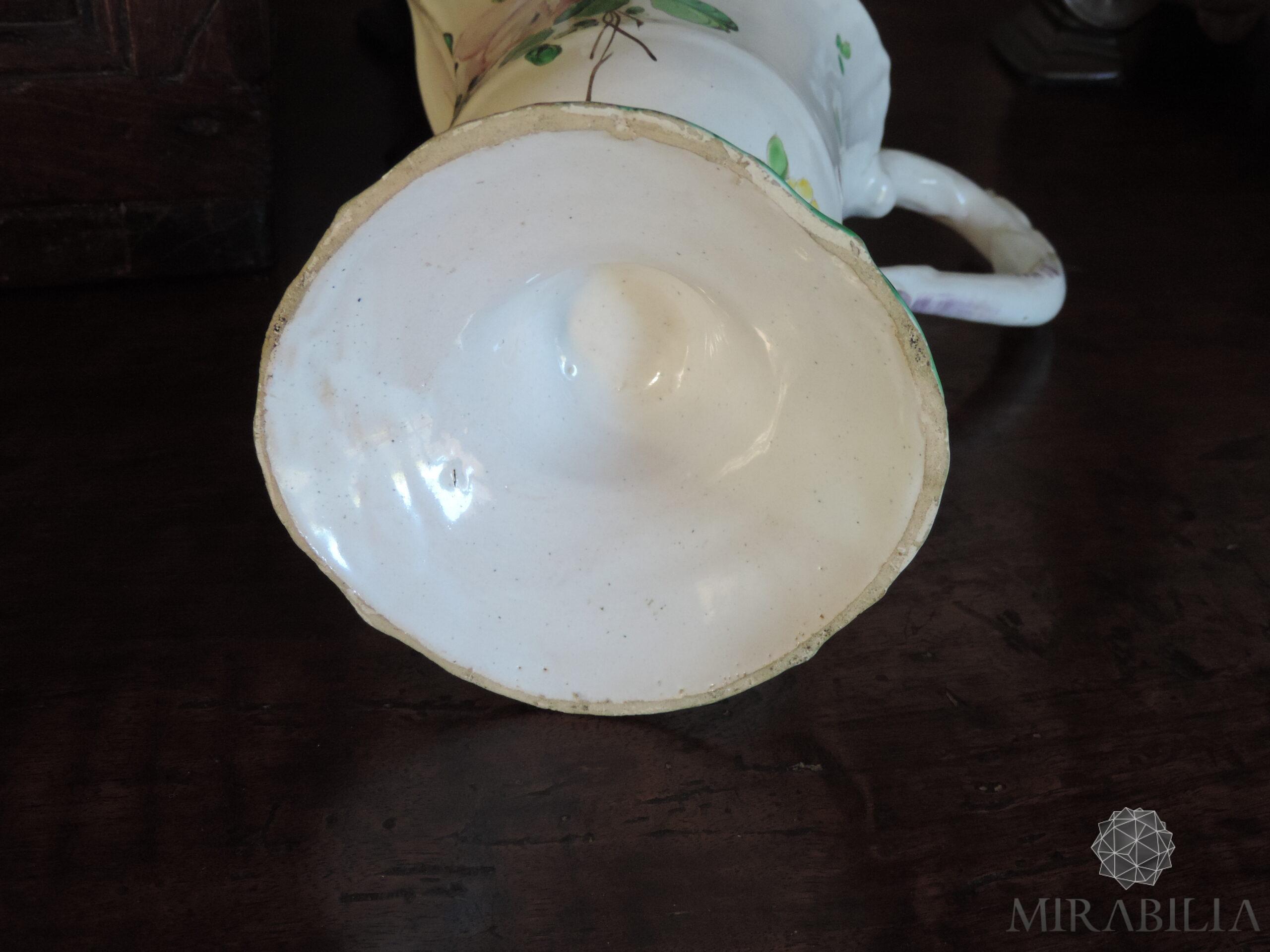 Versatoio realizzato in maiolica in policromia a piccolo fuoco con verde, giallo, rosa lilla, blu, opera del ceramista Pasquale Rubati (dettaglio base interna)