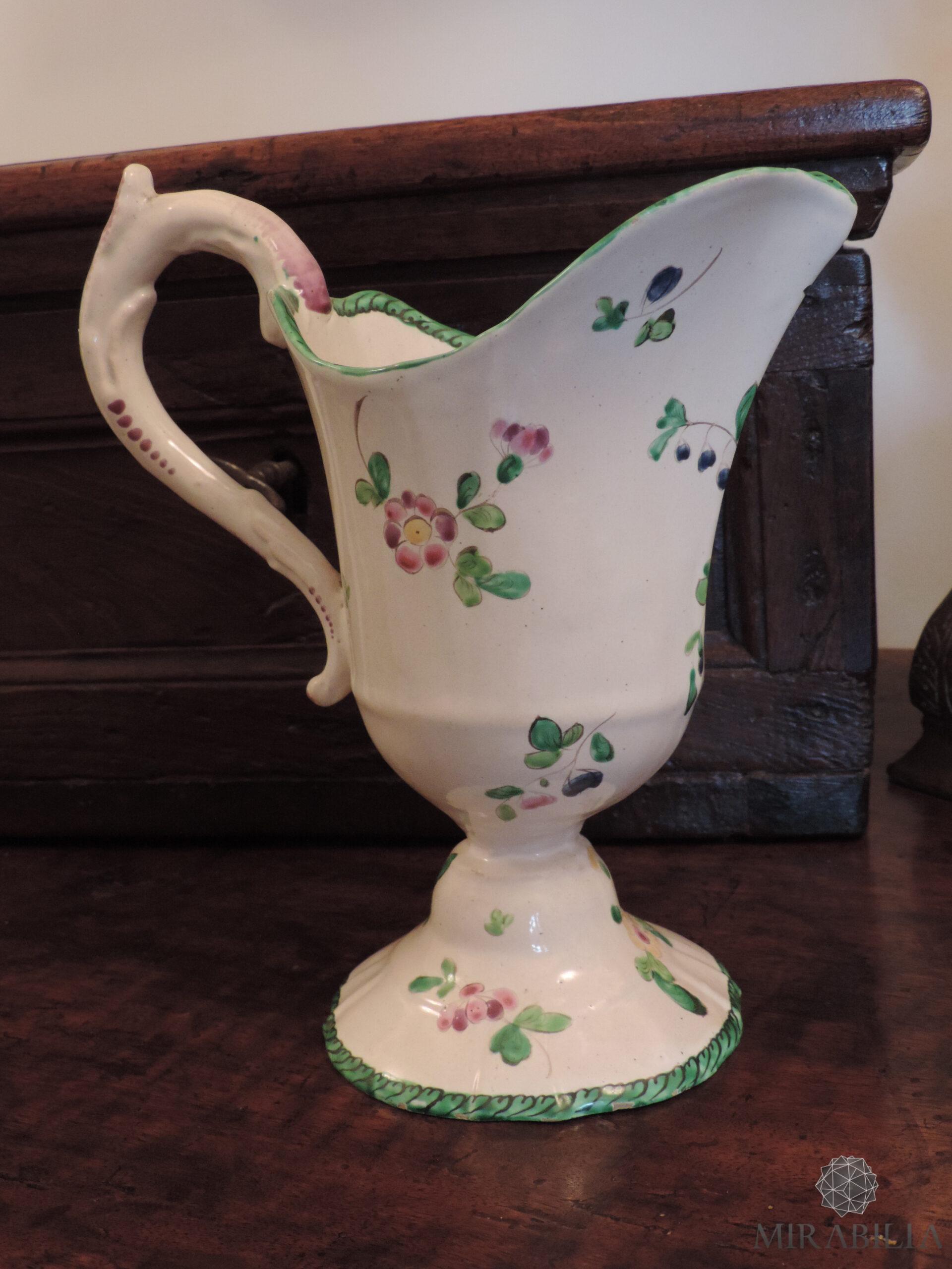 Versatoio realizzato in maiolica in policromia a piccolo fuoco con verde, giallo, rosa lilla, blu, opera del ceramista Pasquale Rubati