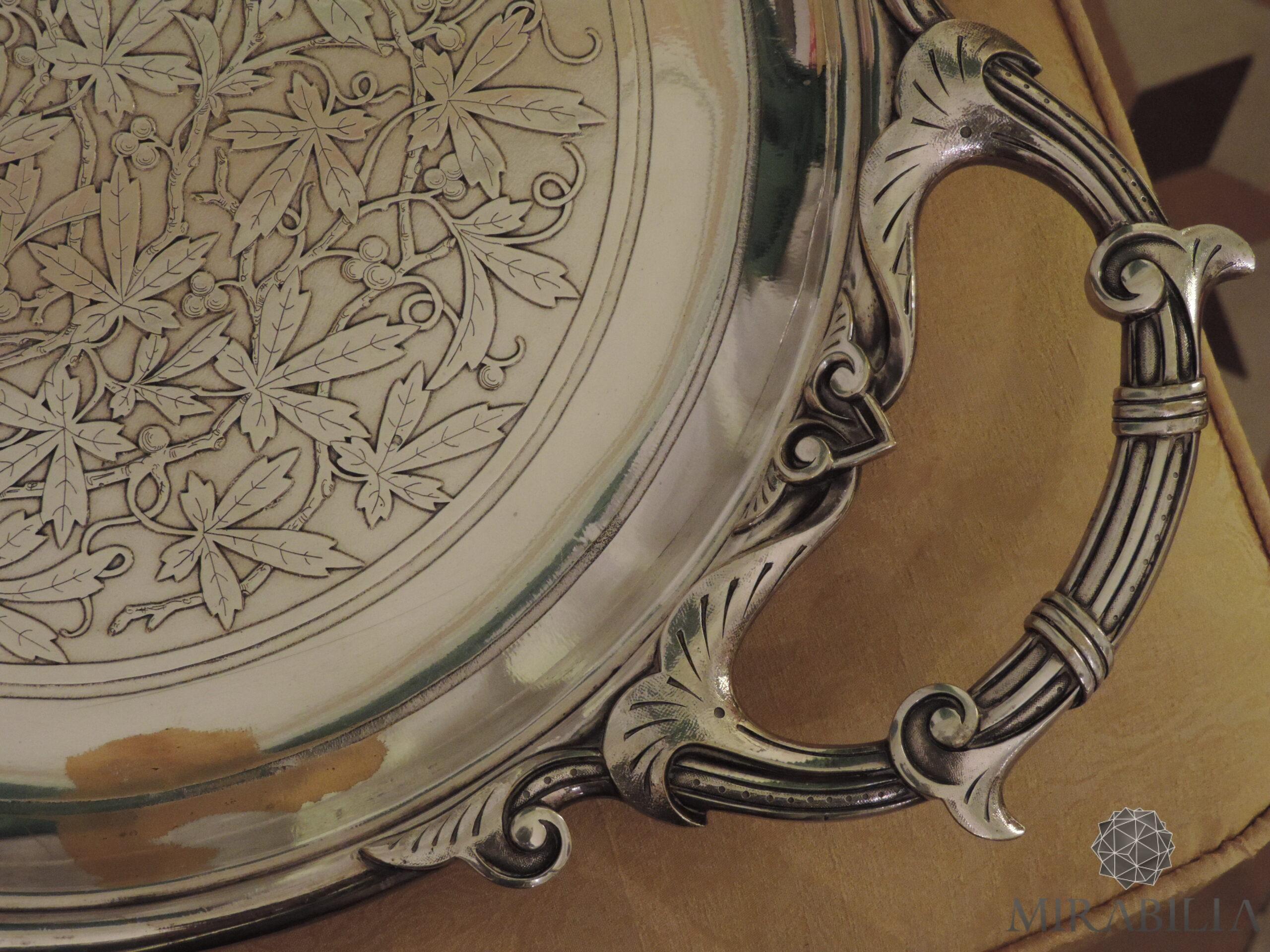 Vassoio da parata in ottone argentato a forma di quadrifoglio allungato (dettaglio foglie di edera)