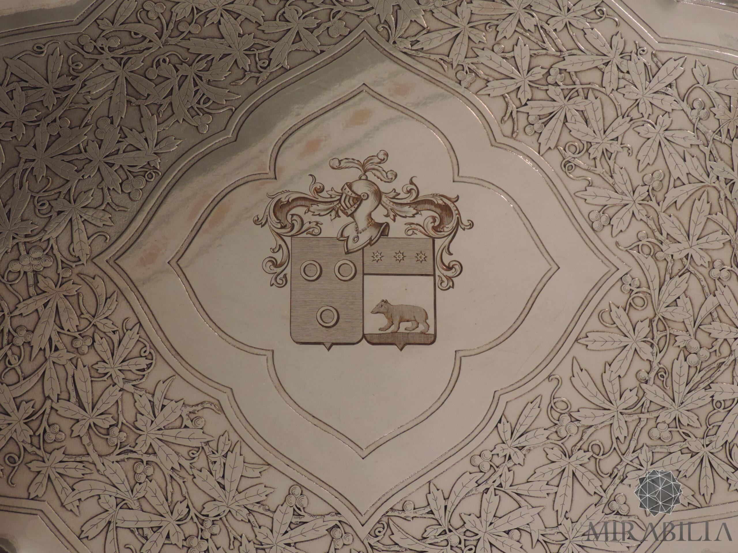 Vassoio da parata in ottone argentato a forma di quadrifoglio allungato (dettaglio stemma nobiliare appartenente alla famiglia de La Lance de Morainville)