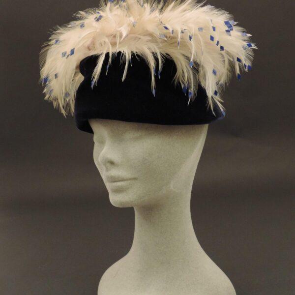 Cappellino da sera con piume e pailettes, anni '60