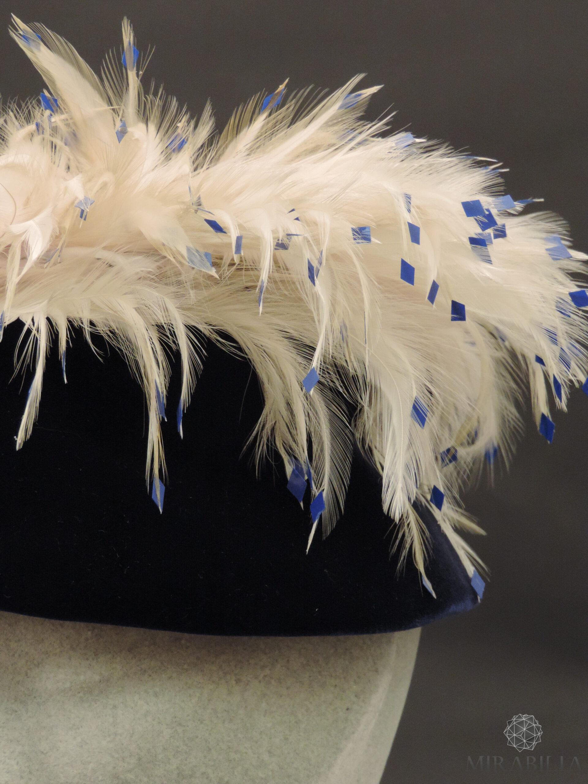 Cappellino da sera con piume e pailettes, anni '60 dettaglio pailettes blu