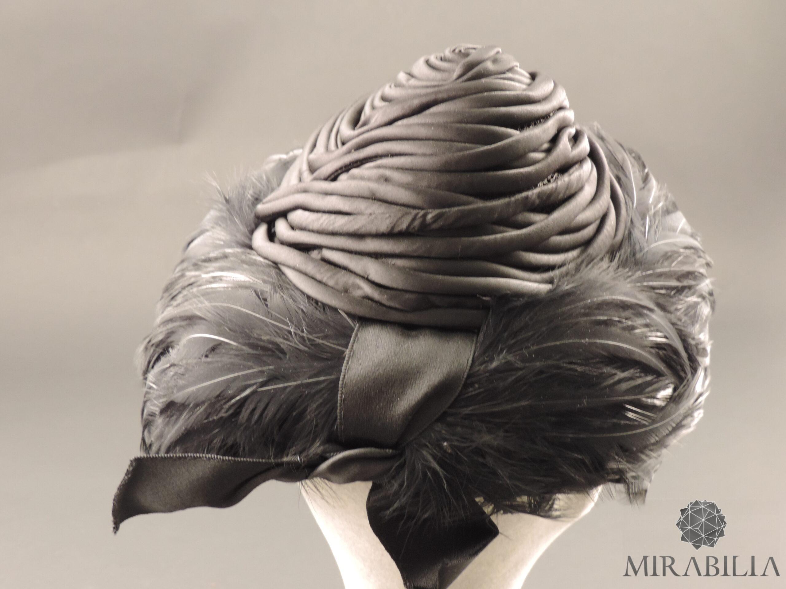 Elegante cappello piume, dettaglio struttura conica