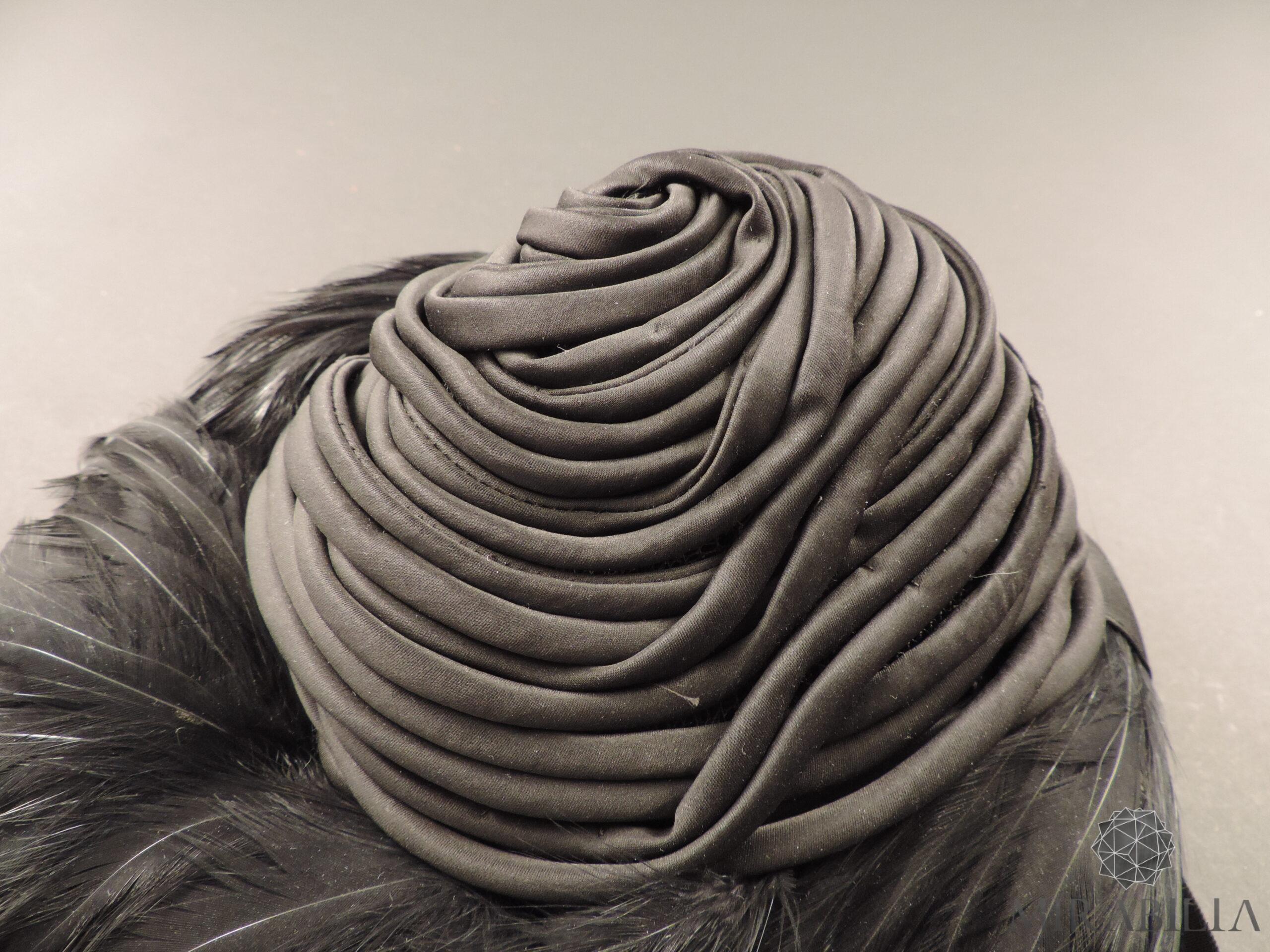 Cappello con piume, dettaglio raso di seta