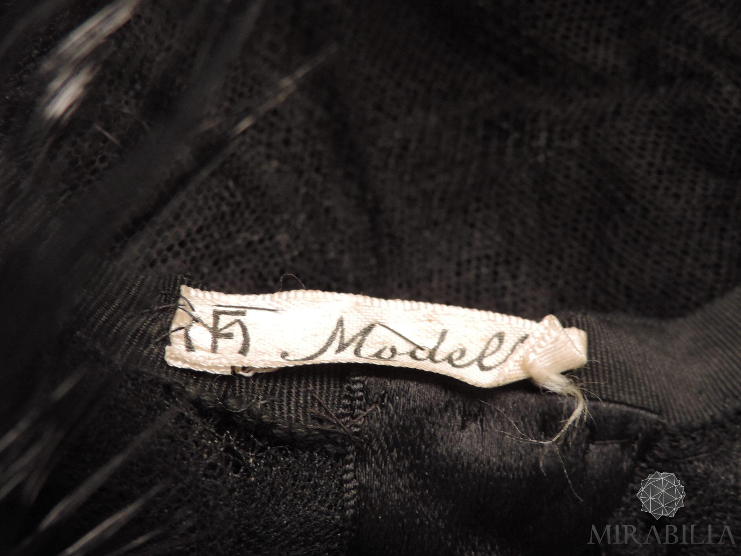 """Cappello con piume, anni '50, dettaglio etichetta """"MF Modello"""""""